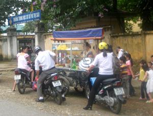 Dịch vụ ăn uống trước cổng trường học không được quản lý là mối nguy hiểm tiềm tàng dẫn đến ngộ độc thực phẩm. (ảnh chụp tại cổng trường THCS Võ Thị Sáu, phường Chăm Mát, TPHB).