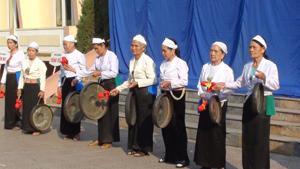Đội cồng chiêng phường Thái Bình (TPHB) trình diễn cồng chiêng tại hội thao 8 phường.