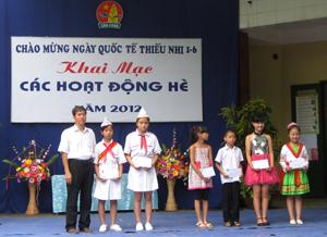 Đại diện Nhà thiếu nhi tỉnh tặng quà cho các em có hoàn cảnh khó khăn vươn lên học tốt, tham gia tích cực các hoạt động phong trào.