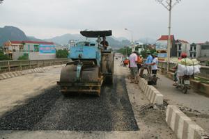 Đoạn Quản lý sửa chữa đường bộ I đẩy nhanh tiến độ sửa chữa mặt cầu Hoà Bình.