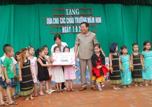 Lãnh đạo Sở LĐTB – Xã hội tỉnh tặng quà cho các cháu thiếu nhi  Trường mầm non Hoa Hồng, xã Thống Nhất, TPHB.