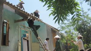 Cộng đồng giúp hộ gặp thiên tai xóm Ban, xã Mãn Đức (Tân Lạc) sửa, lợp lại nhà ở.