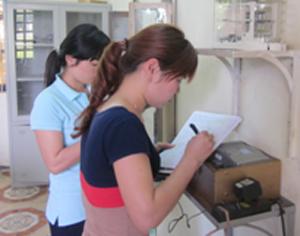 Cán bộ Trạm Khí tượng thủy văn thành phố Hòa Bình xử lý số liệu trên máy áp ký.