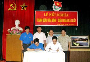 Đại diện 2 đơn vị ký giao ước hoạt động chung.