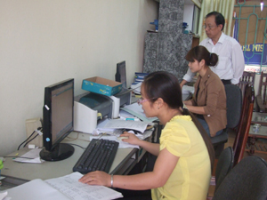 Cán bộ Trung tâm DS-KHHGĐ TPHB thường xuyên cập nhật thông tin, số liệu công tác dân số trên địa bàn.