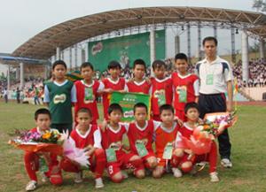 Cùng với đội bóng THCS, đội bóng học sinh tiểu học Hoà Bình cũng đoạt chức vô địch và giành vé đi vòng chung kết toàn quốc năm 2013.