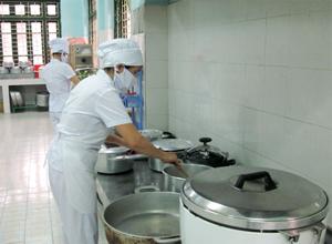Bếp ăn bán trú trường MN thị trấn Mường Khến (Tân Lạc) đảm bảo điều kiện ATTP chuỗi chế biến.