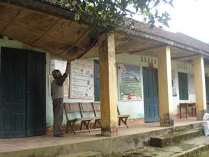 Phần mái cót ép của nhà Trạm y tế xã Toàn Sơn (Đà Bắc) đã xệ xuống từ lâu.