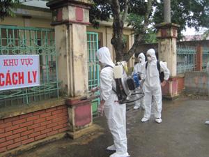 Cán bộ Trung tâm YTDP huyện Lạc Thủy tổ chức phun thuốc khử trùng tại khu vực điều trị bệnh nhân bị cúm A/H1N1 thuộc Bệnh viện đa khoa huyện.