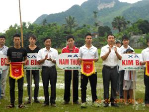 Lãnh đạo UBND huyện và Sở VH,TT&DL trao cờ lưu niệm cho các đoàn VĐV về tham dự giải bơi vượt sông huyện Kim Bôi năm 2013.
