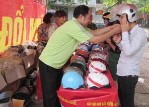 Nhân dân thành phố Hòa Bình tham gia đổi mũ bảo hiểm đạt chuẩn.