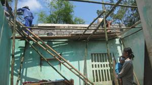 Ngôi nhà của chị Bùi thị Tuyết, xóm Ban, xã Mãn Đức bị tốc mái hoàn toàn và làm hư hại nhiều tài sản giá trị.
