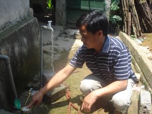 Người dân xóm Quê Kho được hưởng lợi công trình nước sinh hoạt thuộc Chương trình 135.