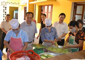 Đồng chí Bùi Văn Cửu, Phó Chủ tịch TT UBND tỉnh, Trưởng BCĐ liên ngành về vệ sinh ATTP tỉnh và đoàn công tác kiểm tra bếp ăn tại Trường MN Unicef.