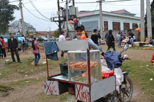 Mùa hè, người dân cần thận trọng khi sử dụng thức ăn đường phố. Ảnh chụp tại cổng trường THCS xã Phong Phú (Tân Lạc).