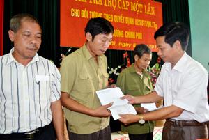 Thay mặt Hội đồng chính sách, lãnh đạo huyện Kim Bôi trao Quyết định chi trả theo Quyết định 62/QĐ-TTg của Thủ tướng chính phủ cho các đối tượng.