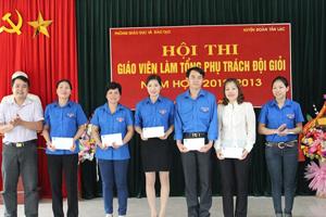 Ban tổ chức trao phần thưởng cho các thí sinh đoạt giải tại hội thi.