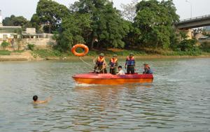 """Thực hiện công tác PCLB&TKCN theo phương châm """"4 tại chỗ"""", """"lực lượng tại chỗ"""" của huyện Lạc Thủy luyện tập phương án cứu hộ, cứu nạn để sẵn sàng ứng cứu trong trường hợp khẩn cấp."""