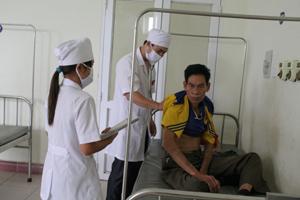 Cán bộ Bệnh viện Đa khoa Tân Lạc khám - điều trị cho bệnh nhân tham gia BHYT.