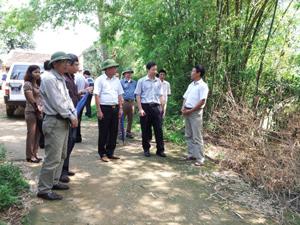 Đoàn công tác đi kiểm tra địa phận thôn Tiền Phong, xã Yên Bồng. Địa điểm này hàng năm thường bị ngập lụt nặng khi lũ sông Bôi dâng cao, ảnh hưởng lớn đến sản xuất và đời sống của hơn 30 hộ dân sinh sống trên địa bàn.