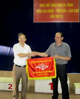 Lãnh đạo Báo Hòa Bình nhận cờ luân lưu đăng cai giải thể thao Phanxiphan lần thứ 10 năm 2014.
