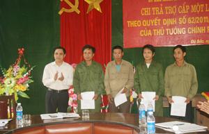 Lãnh đạo UBND huyện Đà Bắc trao quyết định chi trả chế độ cho các đối tượng theo Quyết định 62/2011/QĐ – TTg.