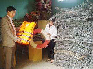 Cán bộ phòng NN&PTNT huyện Đà Bắc kiểm tra kho vật tư ứng phó với thiên tai, lũ bão.