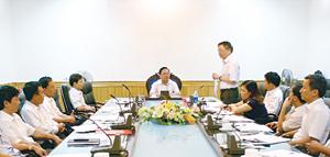 Đồng chí Bùi Văn Tỉnh, UVT.Ư Đảng, Chủ tịch UBND tỉnh chủ trì buổi làm việc  với lãnh đạo Sở VH-TT&DL.