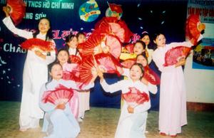 Đội văn nghệ xóm Tân Sơn tại hội diễn nghệ thuật quần chúng xã Trung Sơn (Lương Sơn).
