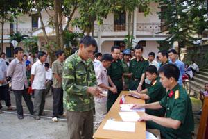 Ban chỉ đạo 62 huyện Lạc Sơn tổ chức chi trả trợ cấp 1 lần theo Quyết định 62/QĐ-TTg đợt 1 cho 412 đối tượng.