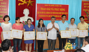 Đồng chí Hoàng Thanh Mịch, TVTU, Trưởng ban Tuyên giáo Tỉnh ủy trao giải cho các tác giả, tác phẩm Báo Hòa Bình.