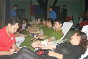 Các tình nguyện viên tham gia hiến máu tại ngày hội hiến máu huyện Kim Bôi đợt I, năm 2013.