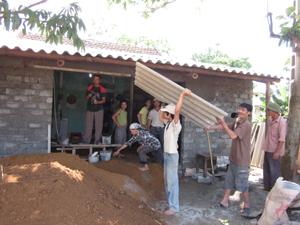 Hộ dân xã Phú Cường (Tân Lạc) khắc phục thiên tai.
