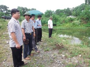 Đoàn công tác kiểm tra mực nước và hiệu quả hoạt động của bai La (xã Cao Thắng).