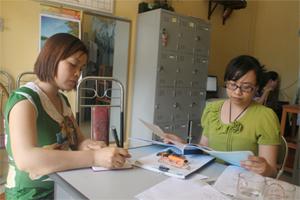 Viên chức dân số thị trấn Cao Phong phản ánh tình trạng sinh con thứ 3 trở lên trên địa bàn với phóng viên Báo Hòa Bình.