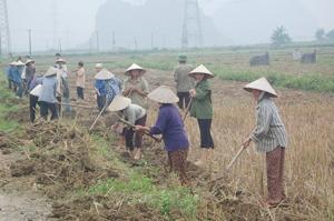 Nhân dân các xã, thị trấn trên địa bàn huyện Yên Thủy ra quân Chiến dịch toàn dân làm thủy lợi.