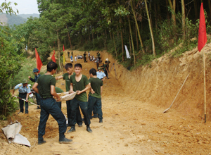 """Cán bộ, đảng viên Ban CHQS huyện Kỳ Sơn tham gia làm đường GTNT, xây dựng """"Làng, bản văn hóa, quốc phòng"""" tại xóm Mon, xã Phúc Tiến."""