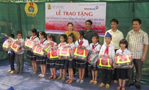 500 học sinh các xã vùng hồ huyện Đà Bắc được tặng cặp phao cứu sinh.