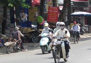 Để ứng phó với thời tiết, người dân khi đi ra đường luôn phải sử dụng mũ, áo, kính, khẩu trang chống nóng.