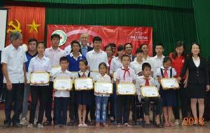 Lãnh đạo Công ty Prudential và lãnh đạo UBND TP. Hòa Bình trao học bổng cho học sinh có hoàn cảnh khó khăn.