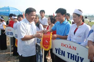 Đồng chí Hoàng Việt Cường, Bí thư Tỉnh uỷ trao cờ lưu niệm cho các đoàn VĐV.