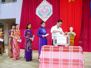Cán bộ, giáo viên nhà trường ủng hộ gây quỹ tại lễ phát động.