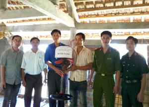 Các chi đoàn trực thuộc tặng quà cho hộ gia đình chính sách bị thiệt hại do mưa lốc tại xã Bình Cảng.