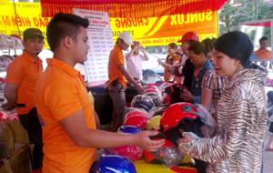 Người dân thành phố Hòa Bình tham gia hưởng ứng chương trình đổi mũ bảo hiểm cũ, kém chất lượng.