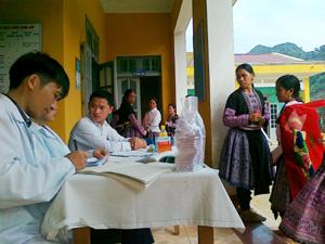 Phụ nữ xã Hang Kia (Mai Châu) tham gia chiến dịch CSSKSS/KHHGĐ đợt I.