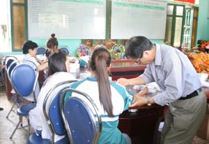 Các y, bác sỹ Bệnh viện Nhi T.Ư lấy máu xét nghiệm bệnh tan máu bẩm sinh tại trường THPT Kỳ Sơn (Kỳ Sơn).