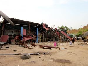 Sau ảnh hưởng của lốc, nhà xưởng của Công ty TNHH Phương Nam thuộc tổ 10, phường Chăm Mát (TPHB) đang tập trung khắc phục, sửa chữa hư hỏng.
