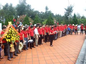 Lãnh đạo và tuổi trẻ Báo Đảng dâng hương, báo công tại Tượng đài Chủ tịch Hồ Chí Minh trên đảo Cô Tô.
