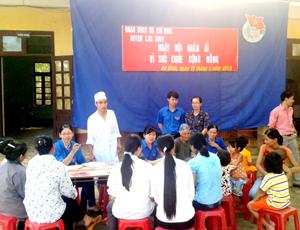 Bác sĩ, tình nguyện viên khám chữa bệnh và cấp phát thuốc miễn phí cho người dân.