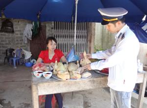 Lực lượng QLTT tỉnh kiểm tra, kiểm soát kinh doanh gia cầm giết mổ tại các chợ.